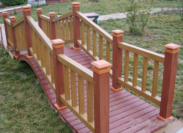 banco de jardim em madeira plástica:Uma passarela de jardim confeccionada em madeira plástica ( images